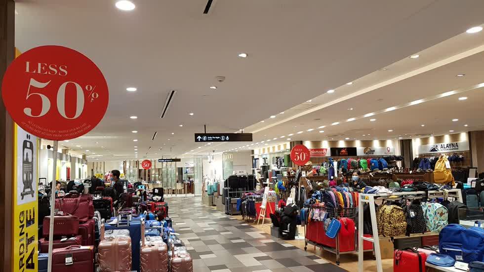 Nhiều thương hiệu thời trang giảm giá kích cầu sau dịch - Ảnh: Cẩm Viên.