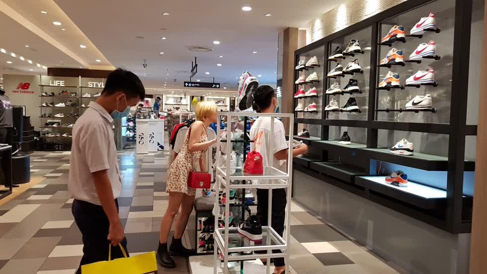 Các bạn trẻ mua sắm tại Trung tâm - Ảnh: Cẩm Viên.