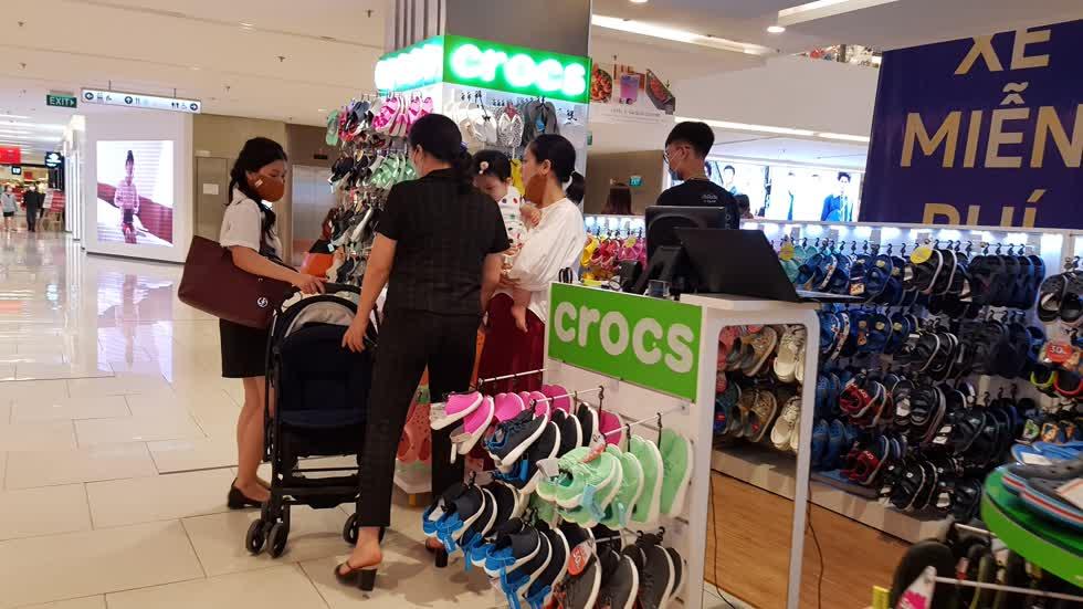 Nhiều người tiêu dùng bắt đầu mua sắm trở lại sau dịch - Ảnh: Cẩm Viên.