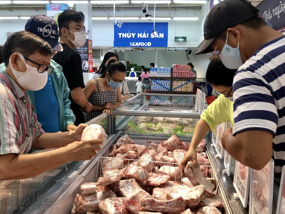 Quầy thịt heo nhập khẩu được khá nhiều người dân ghé xem.