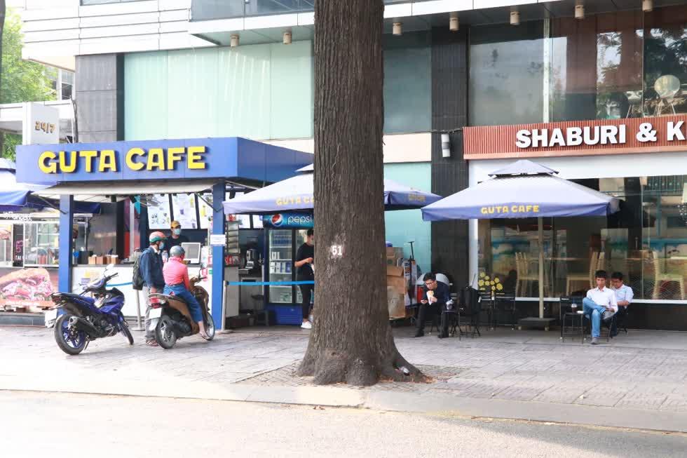 Trên đường Trần Cao Vân, quận 1 các quán cafe cũng mở cửa trở lại đón khách, tuy không quá đông nhưng người dân cũng rất vui mừng khi được buôn bán trở lại. Ảnh: Tri Thức