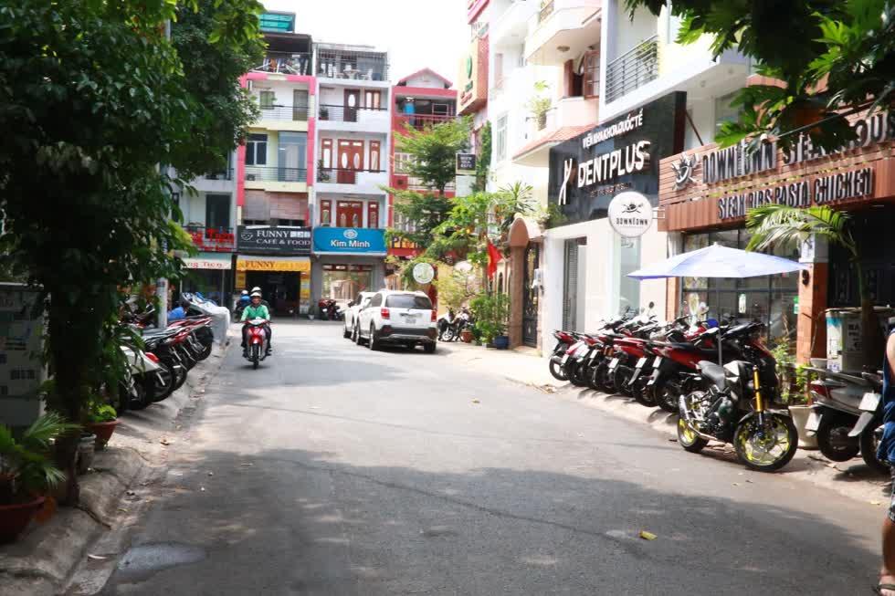 Đường Hoa Mai, quận Phú Nhuậnthỉnh thoảng mới có vài chiếc xe máy chạy ngang, nhưng trước các quán ăn, quán cafe thì vẫn xếp đầy xe máy.Ảnh: Tri Thức