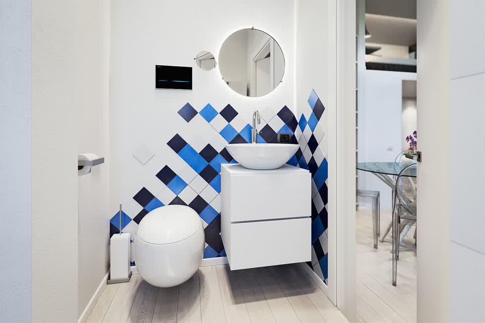 Phòng tắm nhỏ màu trắng kết hợp với màu xanh lam và xám đen.