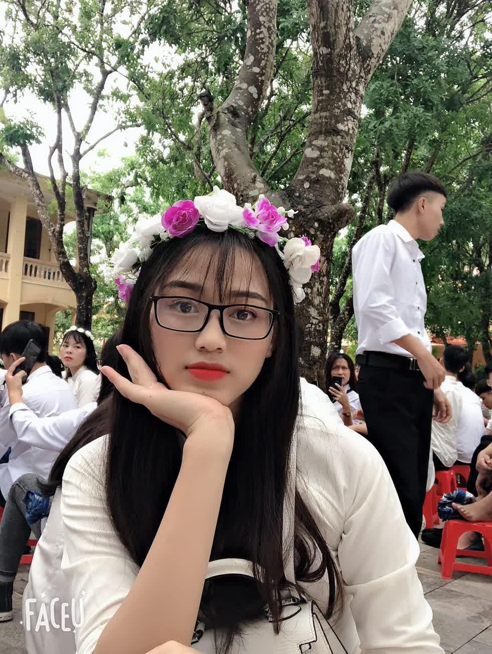 Cô sinh năm 2001 ở Thanh Hóa, đang là sinh viên chuyên ngành Luật kinh doanh, Đại học Kinh tế Quốc dân Hà Nội.