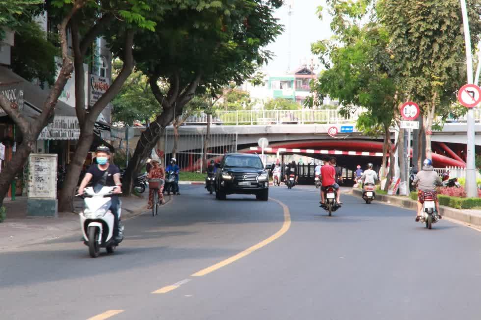 Đường Trường Sa, đoạn dưới chân cầu Công Lý sáng nay đã có nhiều xe cộ lưu thông hơn những ngày trước đó.Ảnh: Tri Thức