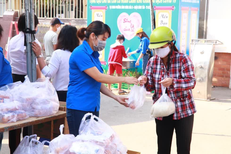 Ông Khanh rất mong nhiều bà con biết đến chương trình, mời bà con đếnUBND phường Bình Hưng Hòa B nhận quà.Ảnh: Tri Thức