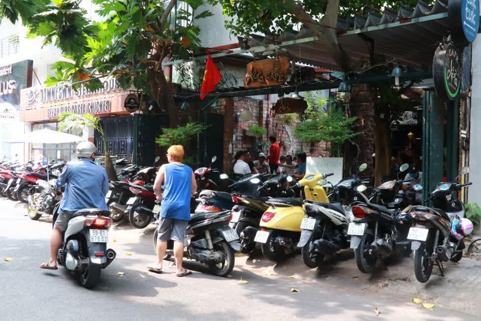 Xe máy đông nghẹt tại một quán cafe trên đường Hoa Mai, quận Phú Nhuận trong ngày đầu mở cửa trở lại.Ảnh: Tri Thức