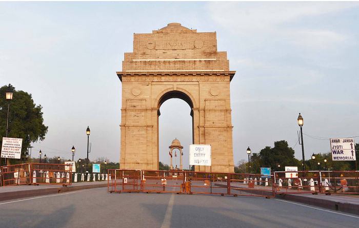 Đài tưởng niệm chiến tranh Ấn Độ Gate ở New Delhi được chụp vào ngày 17/10/2019 (ảnh phải) và vào ngày 8/4/2020 sau khi phong tỏa toàn quốc 21 ngày (ảnh trái). TheoReutersNew Delhi đang có