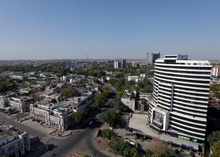 Bức ảnh chụp tại New Delhi, Ấn Độ vào ngày 8/11/2018 (ảnh phải) và bức ảnh trái cùng được chụp vào ngày 8/4/2020. Sự khác biệt đáng kinh ngạc có thể được quy cho sự phong tỏa lớn nhất thế giới ở đất nước 1,3 tỷ dân này.Tất cả các nhà máy, chợ, cửa hàng và nơi thờ cúng hiện đã đóng cửa, hầu hết các phương tiện giao thông công cộng bị đình chỉ và công việc xây dựng bị dừng lại khi Ấn Độ yêu cầu công dân của họ ở nhà cách xa xã hội.