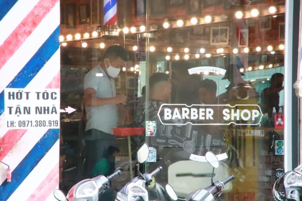 Tiệm làm tóc trên đường Phùng Văn Cung, Phú Nhuận khi mở cửa trở lại lập tức có khách bởi nhiều người