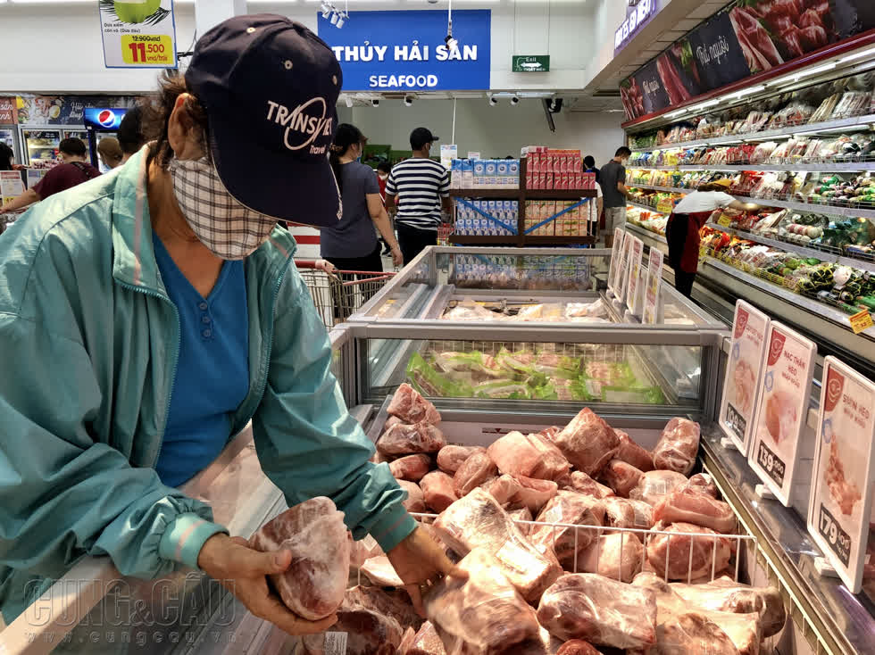 Thịt heo nhập khẩu được người tiêu dùng đón nhận vì giá rẻ.
