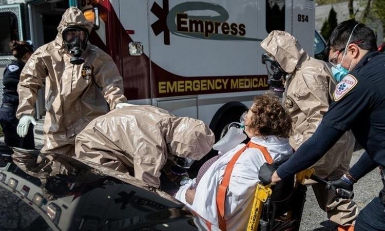 Nhân viên cấp cứu di chuyển bệnh nhân tạiYonkers, Mỹ, ngày 14/4. Ảnh:AFP.