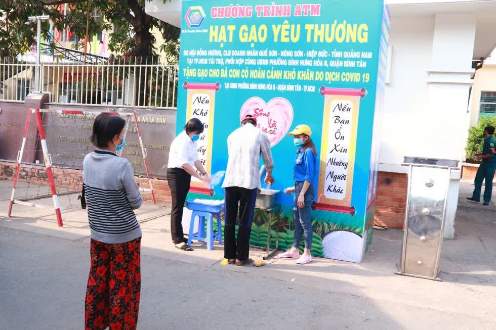 Ông Võ Ngọc Khanh, Phó chủ tịchCLB doanh nhân Quế Sơn - Nông Sơn - Hiệp Đức chia sẻ, đây là cây ATM gạo thứ 3 do CLB tài trợ trên địa bàn TP.HCM.Ảnh: Tri Thức