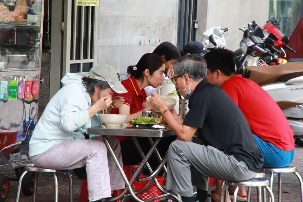 Nhóm khách ăn sáng tại một quán ăn trên đường Trường Sa, quận Phú Nhuận.Các chủ quánđã