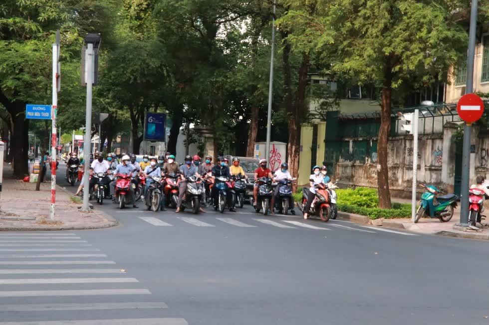 Ngã tư Minh Khai - Phạm Ngọc Thạch sáng nay đã có nhiều xe máy lưu thông. Ảnh: Tri Thức