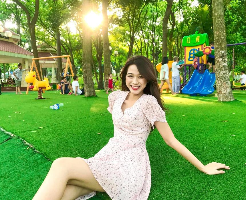 Đôi lúc, Đỗ Thị Hà thể hiện sự nữ tính, dễ thương với những mẫy váy ngắn. Hoạ tiết hoa nhí cùng tông sáng màu giúp tôn làn da trắng, nụ cười toả nắng của hoa hậu Việt Nam 2020. Ảnh:FB Đỗ Hà