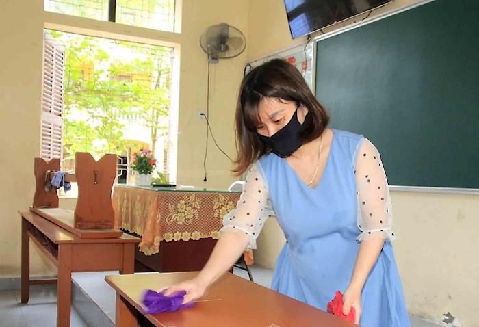 Giáo viên vệ sinh trường lớp chuẩn bị đón học sinh trở lại trường. Ảnh: báo Hải Phòng.