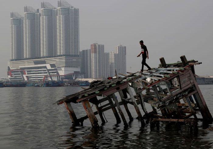 Jakarta,Indonesia được biết đến là một trong những thành phố nhiều khói bụi nhất trên thế giới.Nhưng bức ảnh chụp một chiếc thuyền gỗ đổ nát vào ngày 26/7/2018 và ngày 16/4/2020 cho thấy sự khác biệt hoàn toàn..