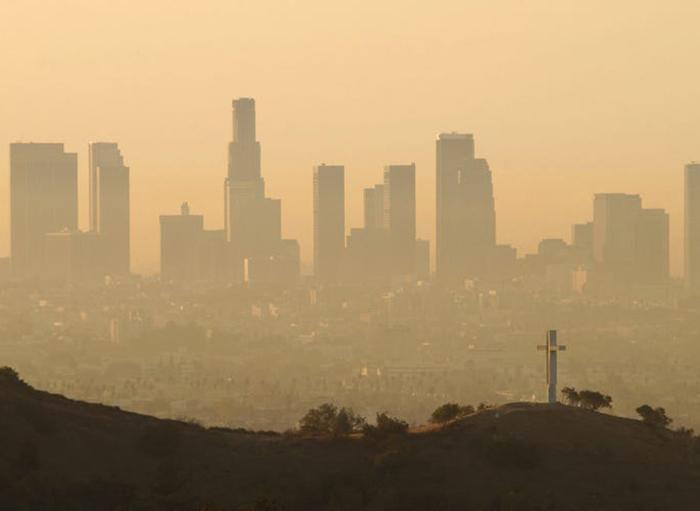 Los Angeles, California, Mỹ được biết đến với khói bụi và mật độ giao thông dày đặc.Nhưng bức ảnh chụp (phải) cho thấy dãy núi San Gabriel vào ngày 14/4/2020 trở nên trong xanh. TheoBusiness Insider,việc cải thiện ô nhiễm không khí có thể là kết quả của việc có ít máy bay và ô tô trên đường hơn.