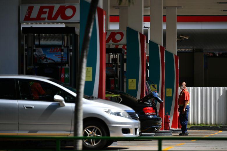 Giá dầu thô giảm mạnh có thể khiế giá xăng giảm theo, nhưng tác động của nó đến nền kinh tế thế giới còn nặng nề hơn gấp nhiều lần và khiến hàng nghìn người mất việc. Ảnh:ST
