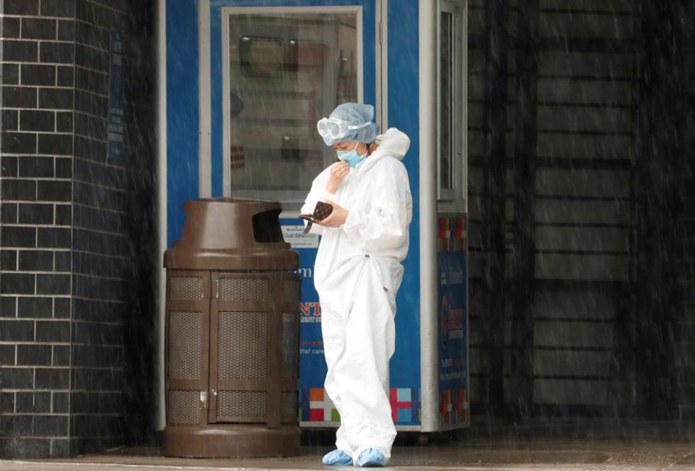 Một nhân viên chăm sóc sức khỏe đứng bên ngoài Trung tâm Bệnh viện Elmhurst, khi sự lây lan của bệnh COVID-19 tiếp tục, tại quận Queens của thành phố New York, Hoa Kỳ, ngày 24/4/2020. Ảnh: REUTERS