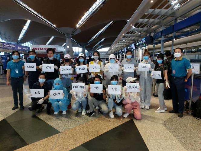 Các công dân Việt Nam tại sân bay Kuala Lumpur chuẩn bị lên đường về nước. Ảnh: TTXVN.