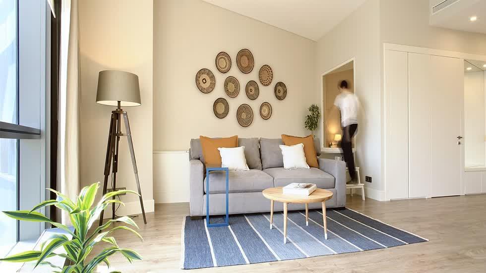 Phòng khách của căn hộ đã được cải tạo tràn ngập màu xanh và trắng cùng với ánh sáng tự nhiên giúp chủ nhà có cảm thấy rộng rãi hơn.
