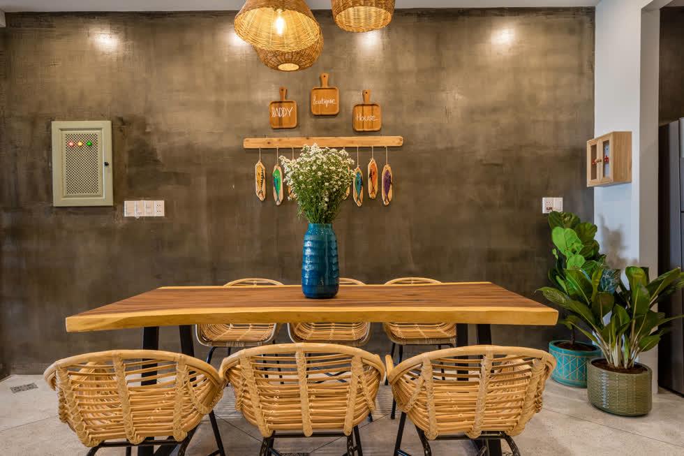 Góc phòng ăn vẫn giữ tinh thần mộc mạc, gần gũi với bàn ăn gỗ và ghế tre đan.