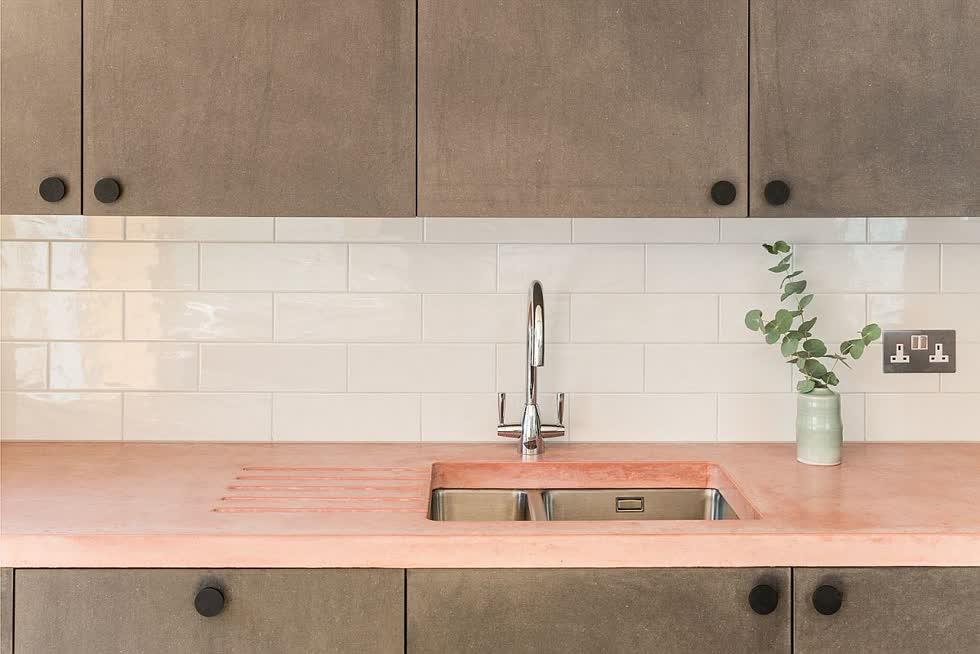 Nhà bếp hiện đại tinh tế với mặt bếp màu hồng nhạt.