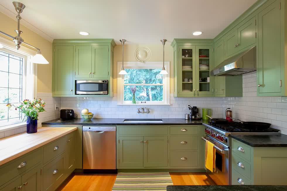 Tủ màu xanh lá cây trong nhà bếp thêm màu sắc mà không làm cho nó quá sáng.