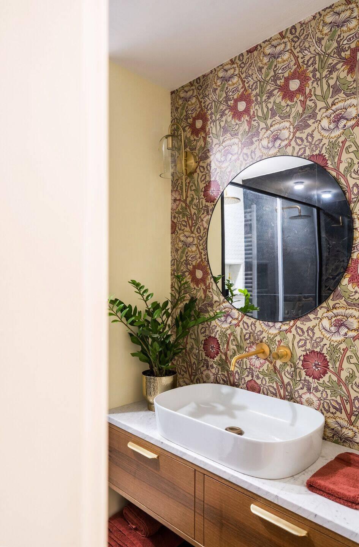 Giấy dán tường của phòng tắm chính được thiết kế bởi William Morris: một trong những người sáng lập chính của phong trào Thủ công và Nghệ thuật.