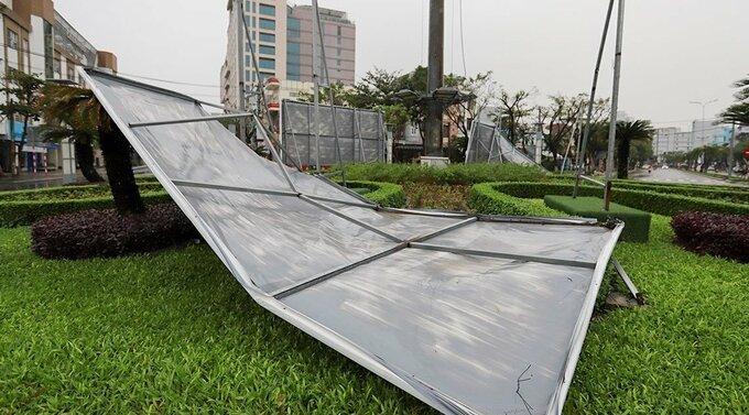 Biển quảng cáo gãy đổ ở TP Đà Nẵng. Ảnh:Nguyễn Đông