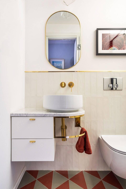 Một phòng vệ sinh khác của căn hộ, được tô điểm bằng những chi tiết mạ vàng rất bắt mắt.