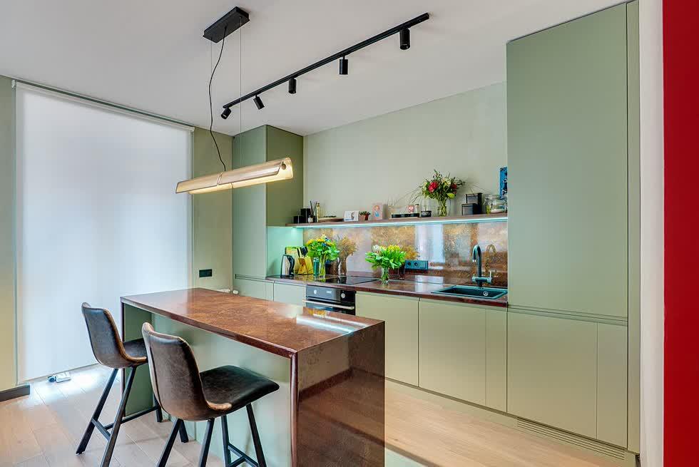 Màu xanh nhạt hơn với màu sơn mờ tạo cảm giác như một màu trung tính được thêm vào nhà bếp.