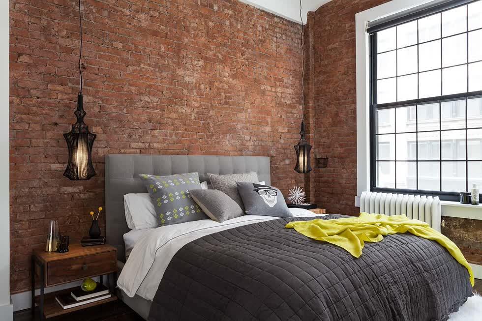 Bức tường gạch lộ ra là một phần tự nhiên và không thể thiếu của phòng ngủ công nghiệp hiện đại.