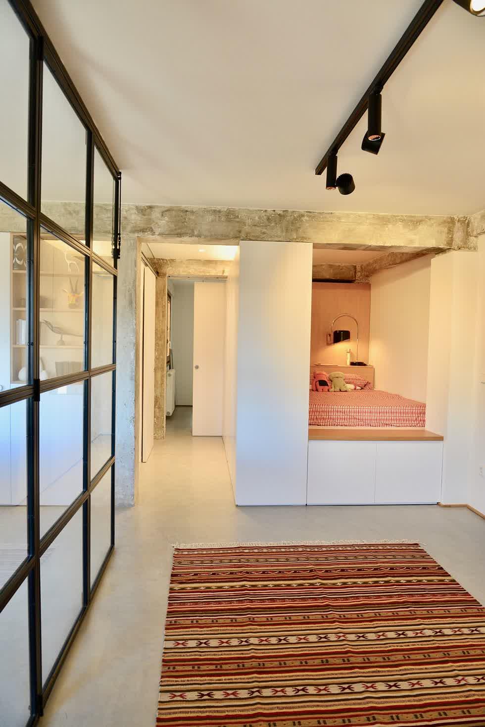 Phía trong góc nhỏ được biến thành một phòng ngủ ấm cúng.