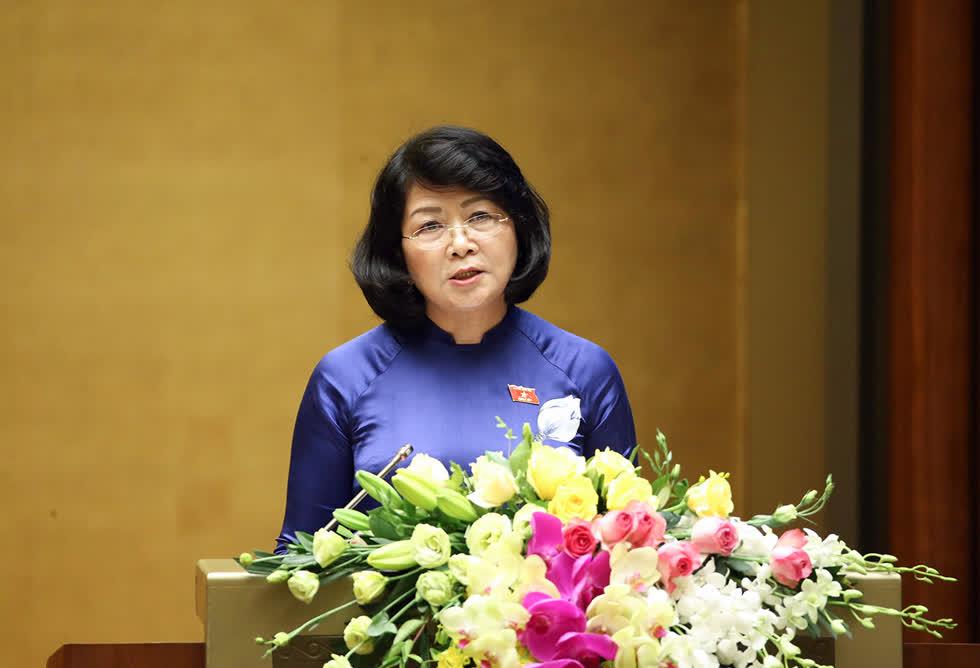 Phó Chủ tịch nước Đặng Thị Ngọc Thịnh đã trình bày Tờ trình của Chủ tịch nước về việc đề nghị Quốc hội phê chuẩn Hiệp định EVFTA và  Hiệp định EVIPA . Ảnh: VGP
