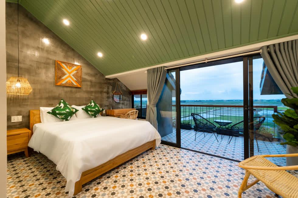 Căn phòng với tầm nhìn ra cánh đồng lúa êm ả, an yên là nét đặc biệt của ngôi nhà.