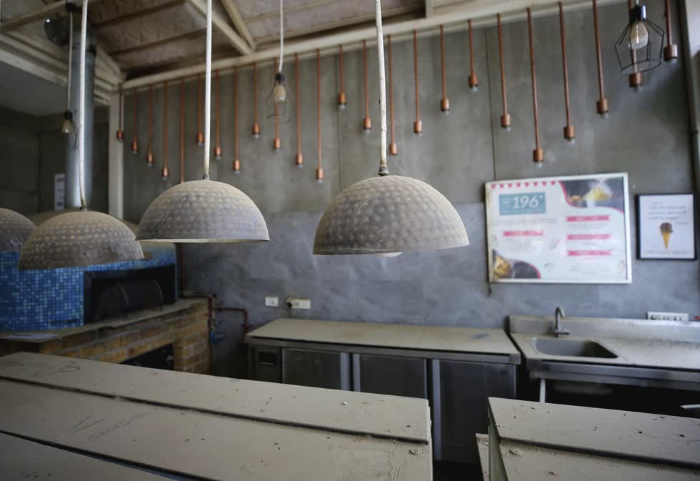 Bụi tích tụ trên bóng đèn và quầy phục vụ tại một tiệm kem đã đóng cửa do đại dịch COVID-19 ở Bengaluru, Ấn Độ, ảnh chụp ngày 15/10. Ảnh: AP