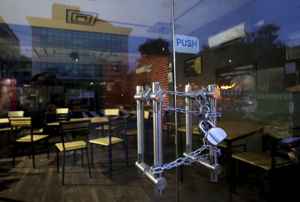 Một quán rượu đóng cửa nhằm giảm chi phí mặt bằng vì không có khách. Ảnh: AP