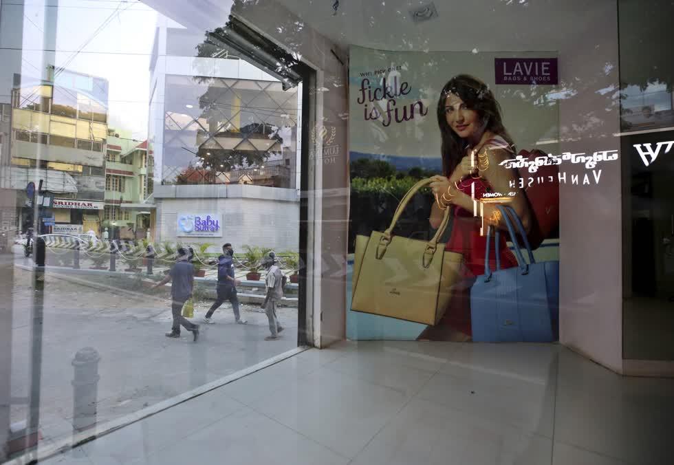 Tấm áp phích giới thiệu nữ diễn viên Bollywood Anushka Sharma vẫn còn bên trong một cửa hàng bỏ trống gần đây của một thương hiệu túi xách nổi tiếng ở Bengaluru, Ấn Độ. Ảnh: AP