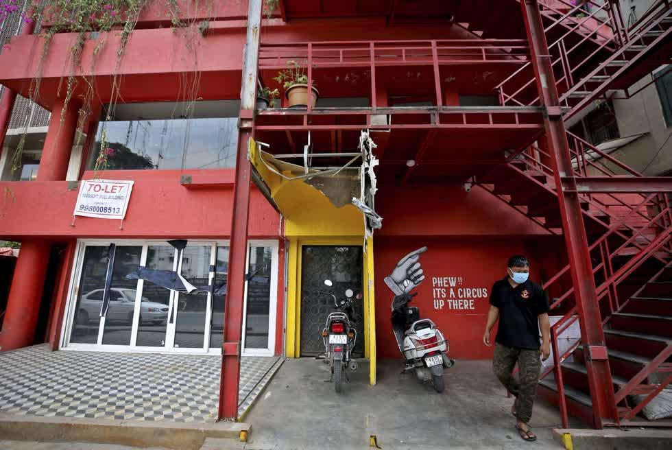 Biển báo được treo trên một tòa nhà, nơi có các quán rượu nổi tiếng và gần đây đã bị đóng cửa do đại dịch COVID-19 ở Bengaluru. Ảnh: AP