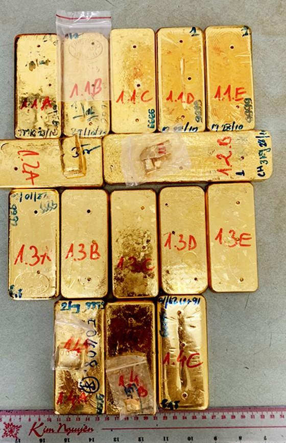 Số vàng vận chuyển qua biên giới bị lực lượng công an thu giữ.