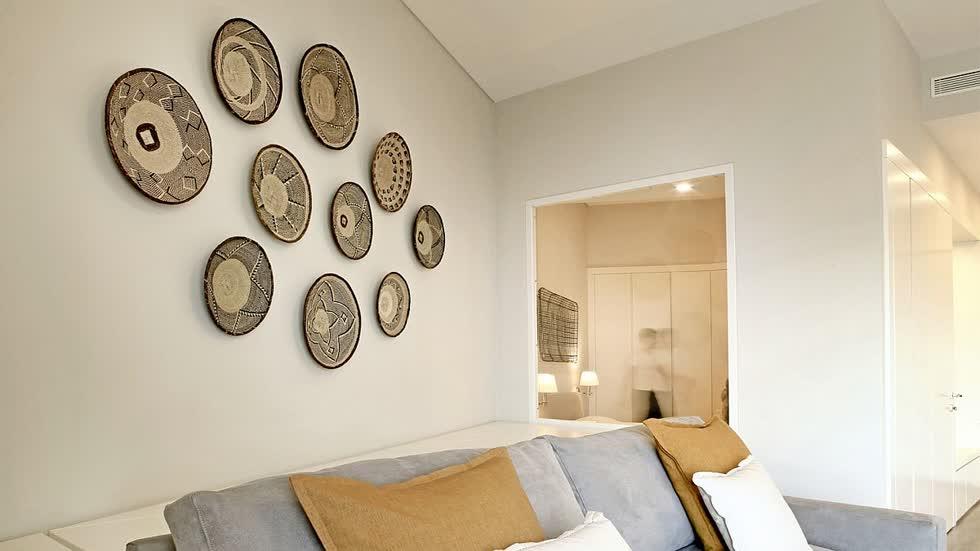 Ý tưởng trang trí tường độc đáo cho phòng khách nhỏ màu trắng và xanh.