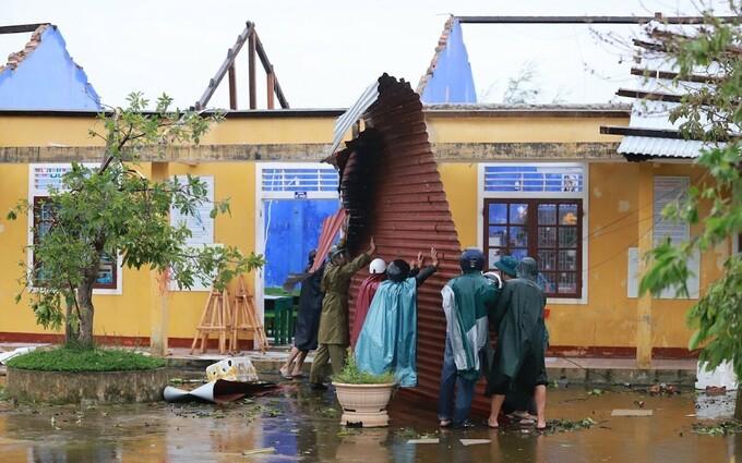 Gió bão tốc mái trường học ở xã Phú Thuận. Ảnh:Võ Thạnh
