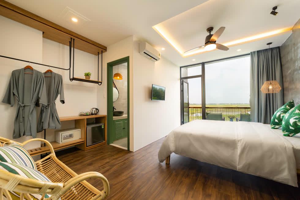 Điểm nhấn cho căn phòng là những chi tiết nhiệt đới như gối, tranh phối cùng nền gạch bông xinh xắn.