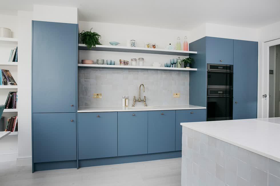 Màu trắng kết hợp với màu xanh nhạt trong nhà bếp tạo phong cách hiện đại và ánh sáng đáng yêu.