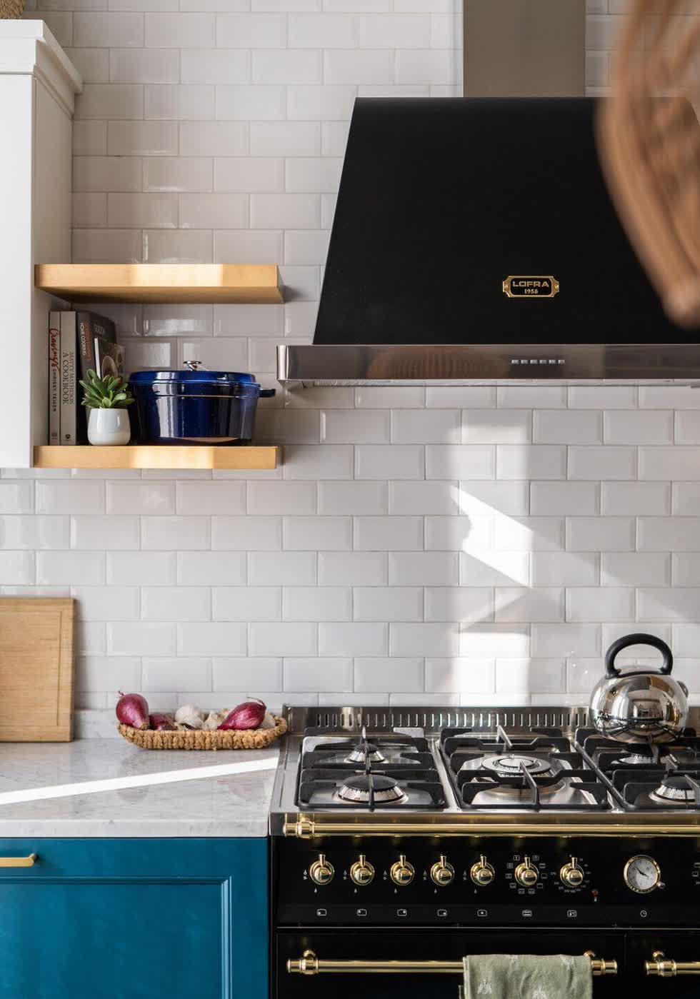 Đồ gia dụng nhà bếp được trang bị đầy đủ, tiện nghi, mang gam màu đen hiện đại và nổi bật.