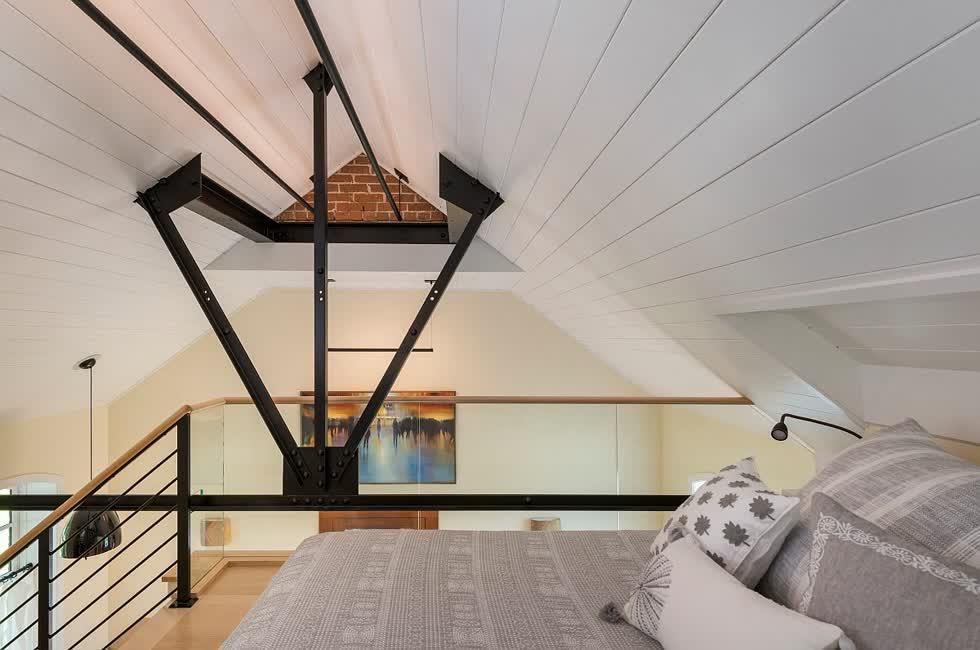Tận dụng không gian theo chiều dọc trong căn hộ nhỏ để thiết kế thêm một phòng ngủ nhỏ.