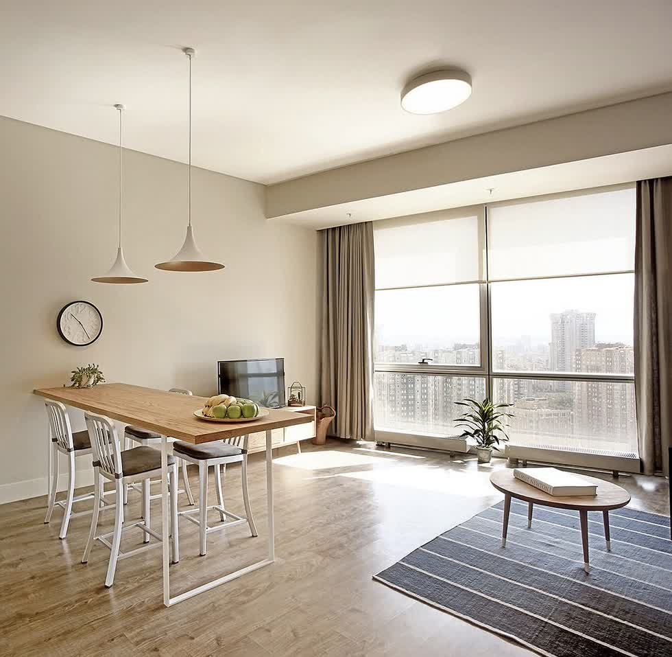 Bức tường kính lớn của căn hộ trong tòa nhà chọc trời mang ánh sáng vào bên trong.